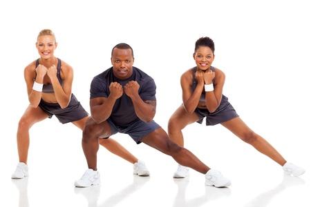 gimnasia aerobica: retrato de los j�venes adultos en el ejercicio en el fondo blanco