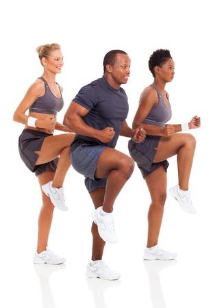 hombres haciendo ejercicio: saludable grupo de personas ejercen sobre fondo blanco