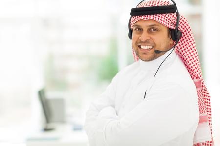 hombre arabe: amigable �rabe masculina de soporte trabajador con auriculares