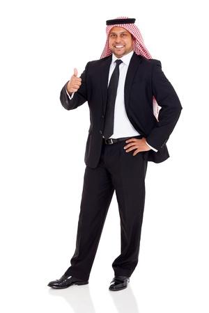 hombre arabe: árabe hombre feliz en traje negro que da el pulgar hacia arriba sobre fondo blanco