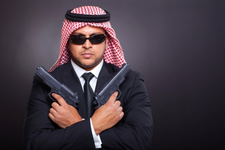 sicario: �rabe mafia con dos armas de mano sobre negro
