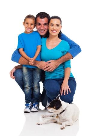 Familia joven alegre con perro aislado en blanco