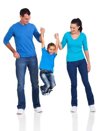 fondo blanco: joven familia feliz se divierten en el fondo blanco