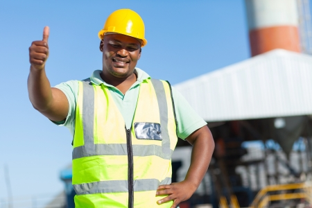 親指をあきらめる幸せなアフリカの建設労働者