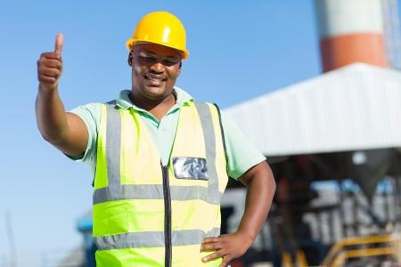 pulgar levantado: feliz africano trabajador de la construcci�n dando pulgar hacia arriba