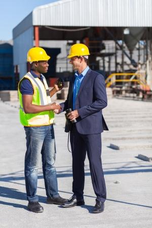 건설 관리 및 사이트에 대한 노동자의 악수 스톡 콘텐츠