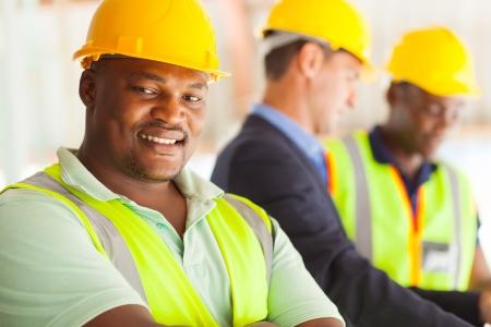 동료들과 함께 웃는 아프리카 산업 기사 스톡 콘텐츠