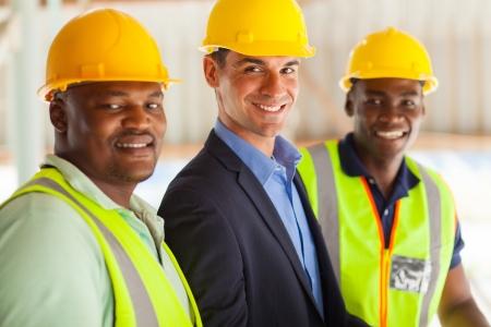 hard worker: gruppo di allegro direttore dei lavori e professionale dei lavoratori
