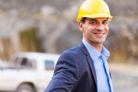 gerente de la mina sonriendo en la mina