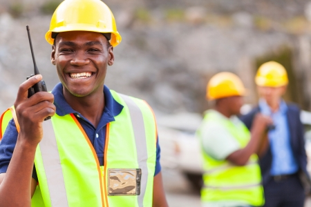 miner�a: alegre afro american trabajador de la mina con walkie talkie
