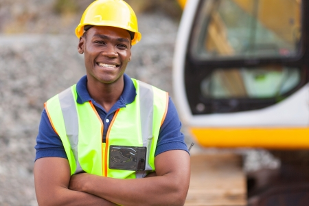 mijnbouw: lachende african american fabrieksarbeider met gekruiste armen