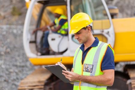 건설 관리자는 건설 현장에서 보고서를 작성 스톡 콘텐츠