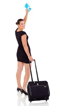 mujer con maleta: alegre empresaria agitando adiós aislado en fondo blanco