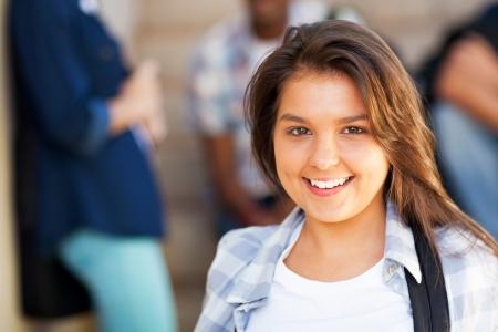 fille indienne: sourire de jeune fille de collège avec des amis sur le fond Banque d'images