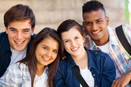 幸せな 10 代の高校屋外のグループ