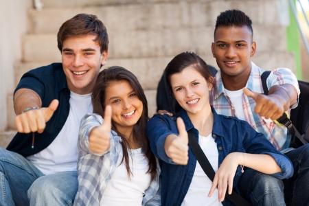 groep lachende middelbare scholieren geven thumbs up