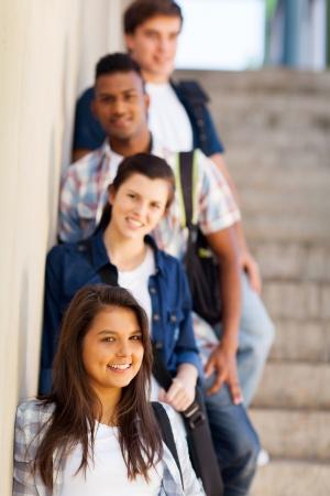 estudiantes de secundaria: grupo de ni�as y ni�os de pie highschool por corredor