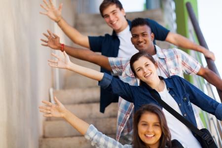 estudiantes de secundaria: grupo l�dico de alegres adolescentes estudiantes de secundaria