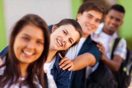 estudiantes adultos: grupo de estudiantes de secundaria juguetones cerca