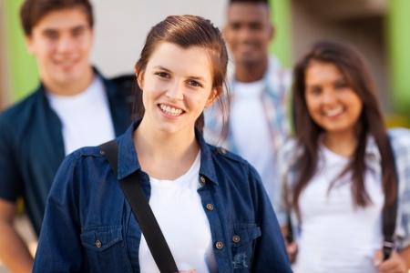 estudiantes adultos: grupo de jóvenes estudiantes de secundaria en la escuela Foto de archivo