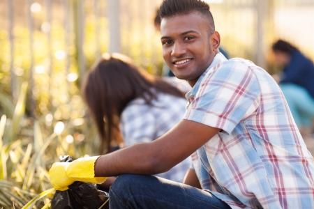 adolescence beau bénévoles rues de nettoyage avec des amis Banque d'images