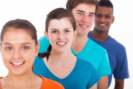 estudiantes adultos: grupo de adolescentes en una fila aislados sobre fondo blanco