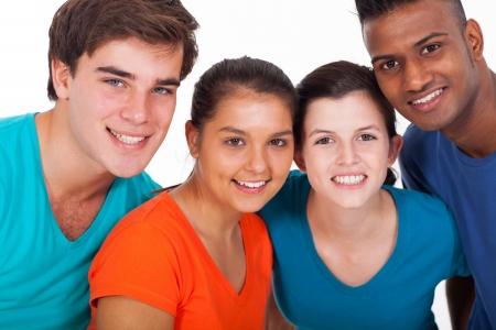 estudiantes adultos: grupo de jóvenes sonrientes gente de diversidad en el fondo blanco