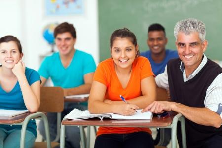 estudiantes adultos: alegre profesor de secundaria con un grupo de estudiantes en la clase