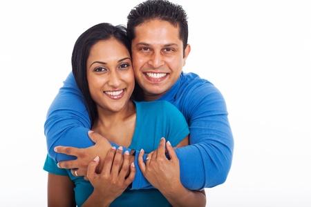 Portret van liefdevolle paar omarmen op een witte achtergrond