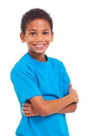 腕を組んで白い背景の上のアフリカの男の子の肖像画