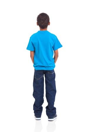 アフリカ系アメリカ人の少年が白い背景で隔離の背面図