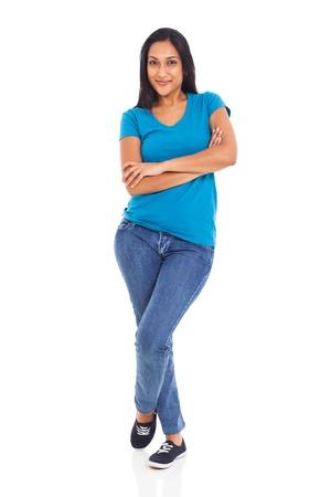mujer cuerpo entero: mujer india hermosa joven posando con los brazos cruzados sobre fondo blanco