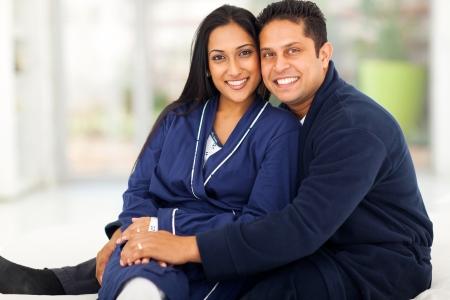 pijama: hermosa pareja amorosa indio sentado en el dormitorio Foto de archivo