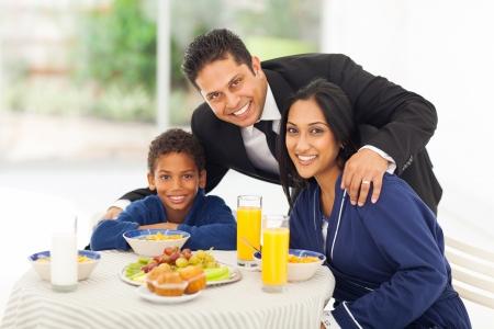 familia abrazo: Retrato de hombre indio feliz y familia antes de salir para el trabajo