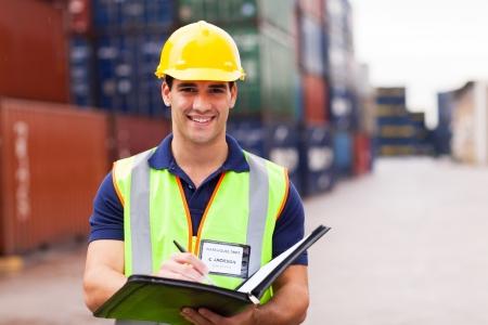 freight container: joven trabajador de puerto de contenedores de dep�sito