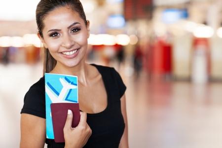 passeport: pr�s portrait de jeune femme d'affaires � l'a�roport de d�tention billet d'avion