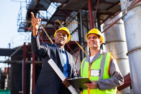 petrochemie industrie: chemische industriële manager en senior werknemer bij petrochemische fabriek