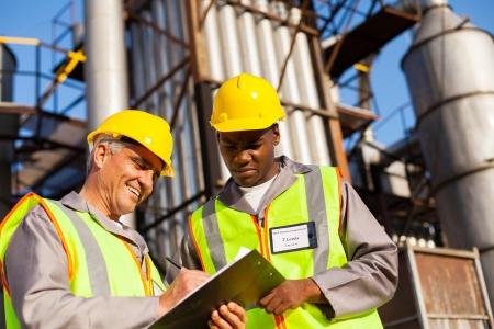 petrochemische medewerkers werken bij raffinaderij Stockfoto