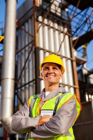 trabajador petrolero: optimista alto trabajador de la industria química en la fábrica Foto de archivo
