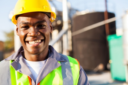 industria petroquimica: cerca retrato de african trabajador petroqu�mica americano fuera de la f�brica Foto de archivo