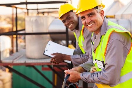 fabrik: zwei Öl-und chemischen Industrie Techniker im Anlagenbau
