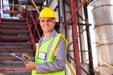 공장에서 웃는 수석 석유 화학 노동자
