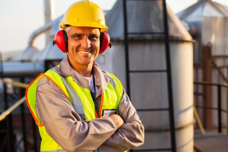 Gelukkige midden oude olie-chemische industrie werknemer binnenste van installaties Stockfoto - 20668080