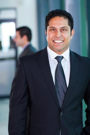 gerente: masculino confidente ejecutivo de negocios indio en la oficina moderna Foto de archivo
