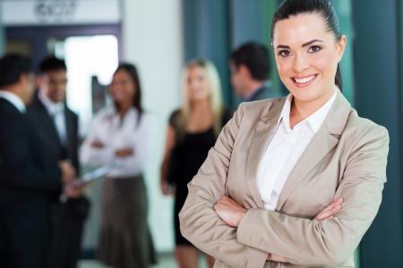 aantrekkelijke vrouwelijke business executive met gekruiste armen in de directiekamer