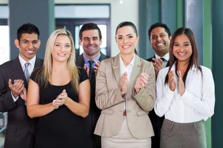 lächelnd Business-Gruppe applaudieren für gute Nachrichten