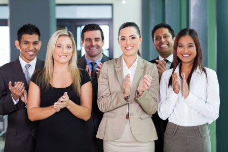 sonriente grupo de negocios aplaudiendo una buena noticia