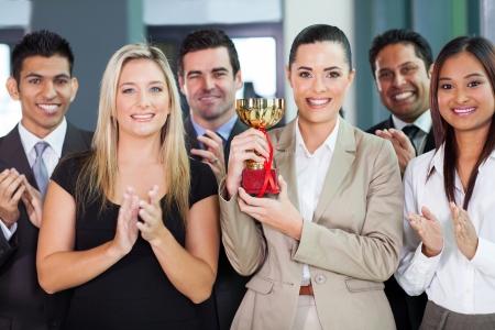 remise de prix: �quipe d'affaires heureux gagnant d'un concours Banque d'images