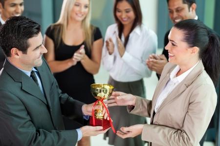 trofeo: equipo de negocios feliz ganar un trofeo Foto de archivo