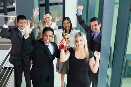 興奮して若いビジネス人々 はトロフィーを獲得